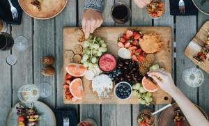 A la mesa conmigo (Mt 9,9-13) – Santi Casanova